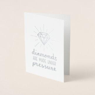 Cartão Metalizado Os diamantes são feitos sob a folha de prata da