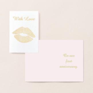 Cartão Metalizado Primeiro aniversário do beijo bonito do ouro com