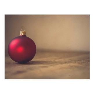 Cartão minimalista dos enfeites de natal vermelhos