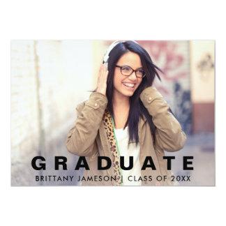 Cartão minimalista moderno do anúncio da graduação