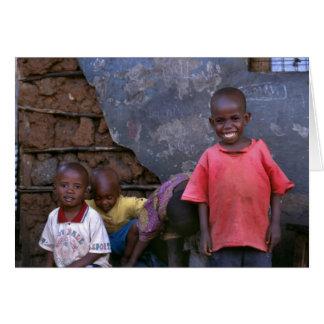 Cartão miúdos que jogam Kibera
