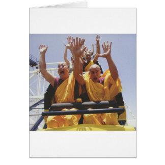 Cartão Monges budistas felizes em uma montanha russa