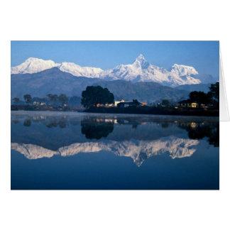 Cartão Montanha do Fishtail que reflete no lago Pokhara,