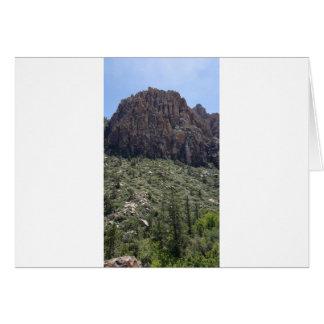 Cartão Montanha na rocha vermelha nanovolt