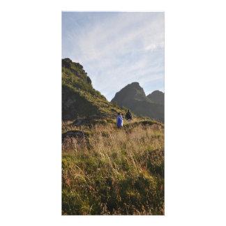 Cartão Montanha que caminha em Lofoten, Noruega no verão
