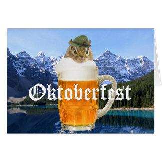 Cartão Montanhas bonitos de Oktoberfest do Chipmunk