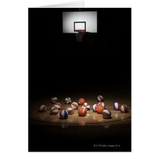 Cartão Muitos basquetebol que descansam no assoalho