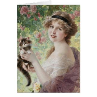 Cartão Mulher & gatinho no jardim de rosas,