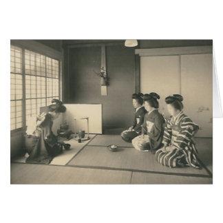 Cartão Mulheres japonesas que sentam-se no assoalho