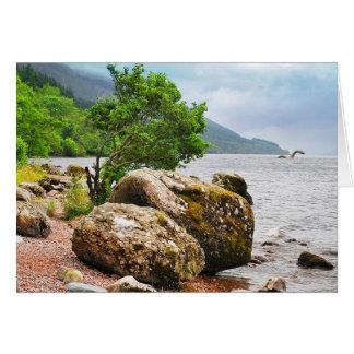 Cartão Nas costas de Loch Ness com o monstro