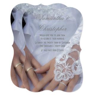 Cartão Noiva e mãos e anéis dos noivos que wedding