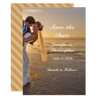 Cartão Noiva & noivo em economias da praia do por do sol