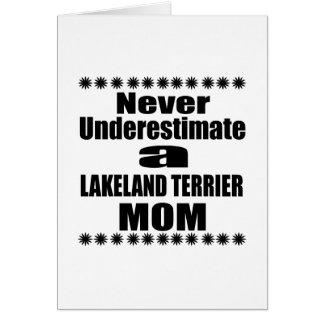 Cartão Nunca subestime a mamã de LAKELAND TERRIER