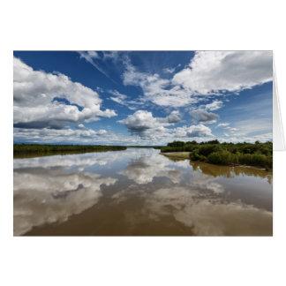 Cartão Nuvens bonitas sobre o rio, reflexão na água