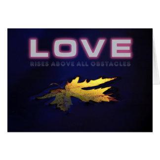 Cartão O amor aumenta sobretudo obstáculos