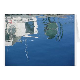 Cartão O barco de pesca reflete na água