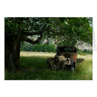 Cartão O caminhão do vovô sob a árvore