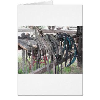 Cartão O cavalo de couro gasto freia a suspensão na cerca