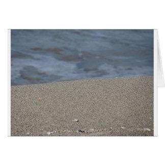 Cartão O close up da praia da areia com mar borrou o