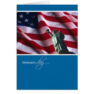 Cartão O dia, a estátua da liberdade e a bandeira de