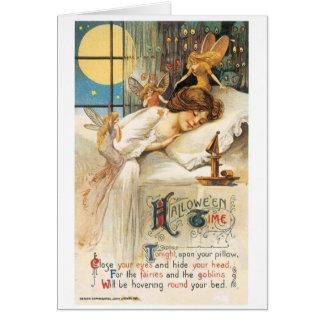 Cartão O Dia das Bruxas antiquado, menina com fadas