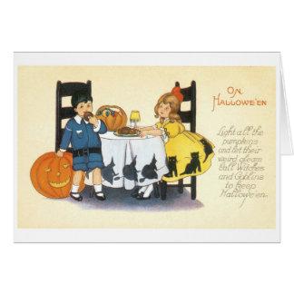 Cartão O Dia das Bruxas antiquado, menino & menina