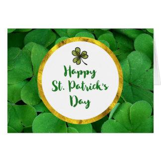 Cartão O dia de St Patrick feliz com trevos verdes