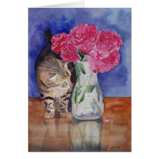 Cartão O gato apenas tem que cheirar os peonies. bonitos
