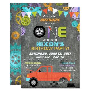 Cartão O mecânico de carro alinha o aniversário do quadro