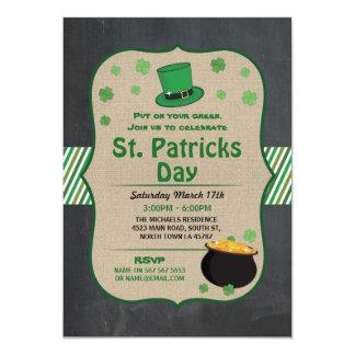 Cartão O partido do dia do St. Patricks convida o trevo