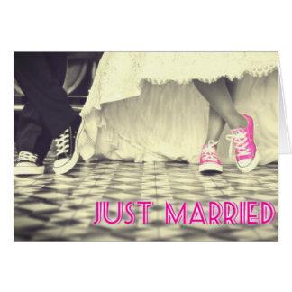 Cartão O rosa bonito calça o recem casados