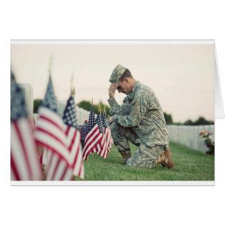 Cartão O soldado visita sepulturas no Memorial Day