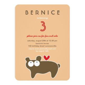 Cartão O urso bonito dos desenhos animados caçoa a menina