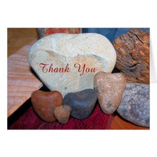 Cartão Obrigado em rochas dadas forma coração