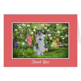 Cartão Obrigado, gato Eyed azul entre as flores
