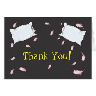 Cartão Obrigado que do aniversário da luta de travesseiro