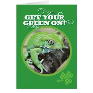 Cartão Obtenha seu verde no sapo do dia do rissol do St.