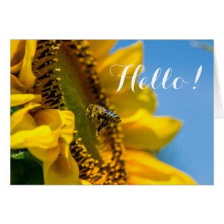 Cartão Olá! abelha na nota macro do vazio da foto do