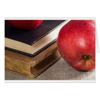 Cartão Opinião do fim-acima das maçãs vermelhas e velho