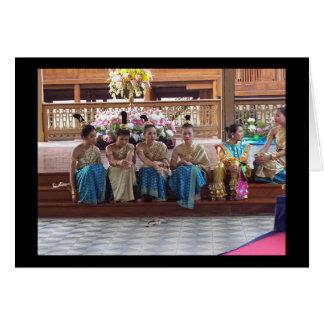 Cartão Os dançarinos tailandeses tradicionais tomam uma