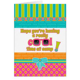 Cartão Os miúdos da menina no acampamento refrigeram