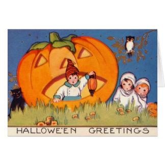Cartão Os miúdos o Dia das Bruxas, abóbora grande, forma