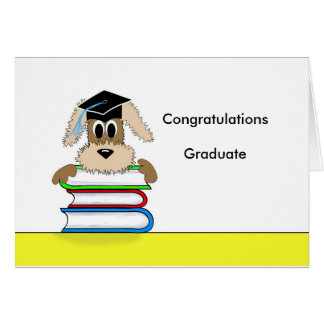 Cartão Os parabéns graduam o cão na pilha de livro