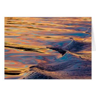 Cartão Padrões do por do sol refletido no acordar do