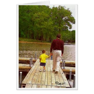 Cartão Pai e filho que andam no lago