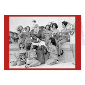 Cartão Papai noel com as jovens mulheres na praia