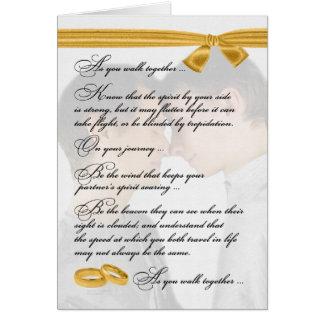 Cartão Parabéns alegres do casamento dois noivos