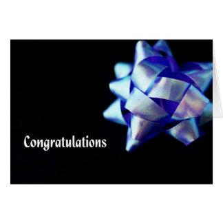 Cartão Parabéns com a fita azul contra o preto