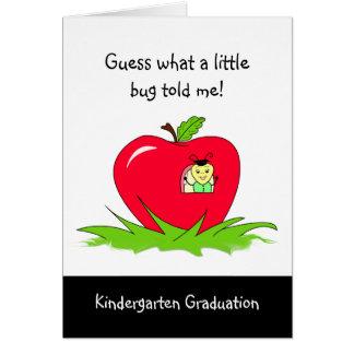 Cartão Parabéns vermelhos graduados de Apple do jardim de