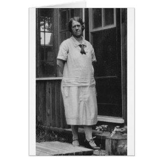Cartão parte externa ereta da senhora dos anos 20 da